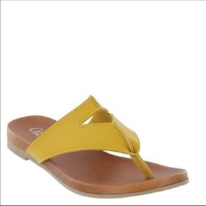 New Mia Amore sz 8 yellow cutout thong sandals
